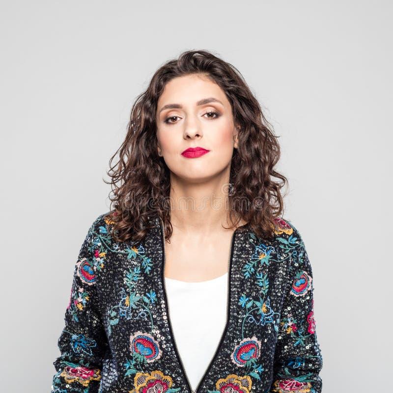 Retrato do revestimento de bombardeiro vestindo da jovem mulher bonita fotos de stock