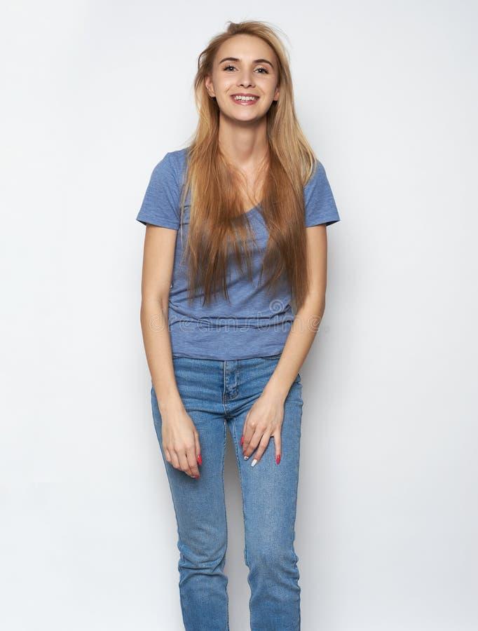 Retrato do riso caucasiano bonito emotivo da mulher foto de stock