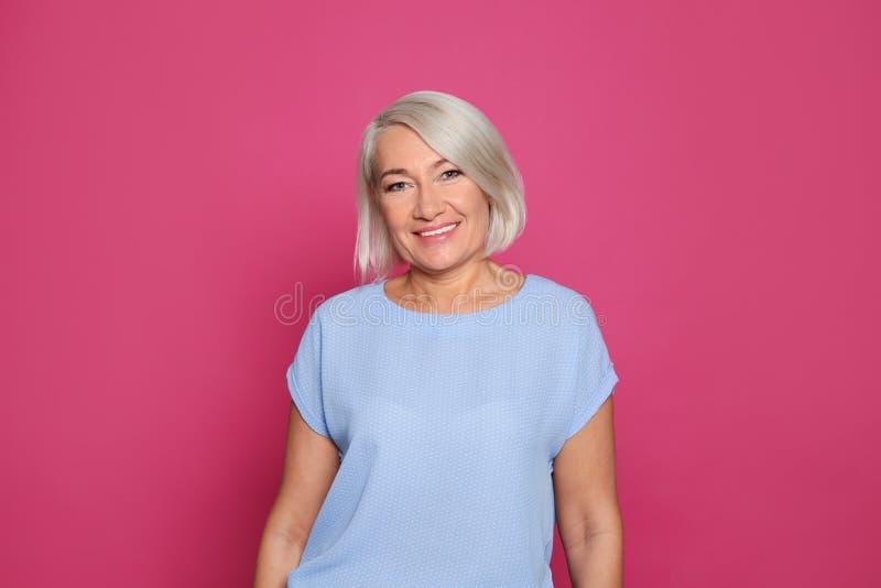 Retrato do riso maduro da mulher imagens de stock royalty free