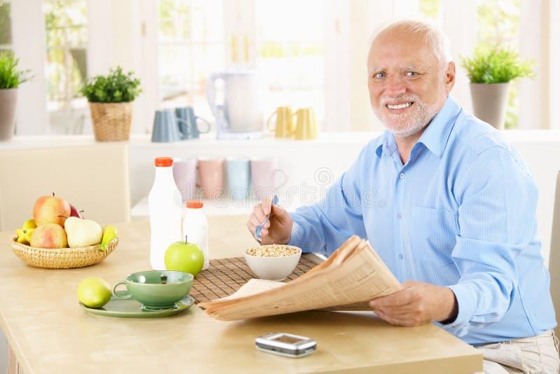 Retrato do sênior saudável no café da manhã imagem de stock