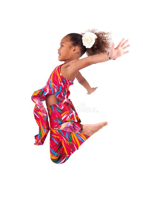 Retrato do salto asiático africano novo da menina foto de stock royalty free