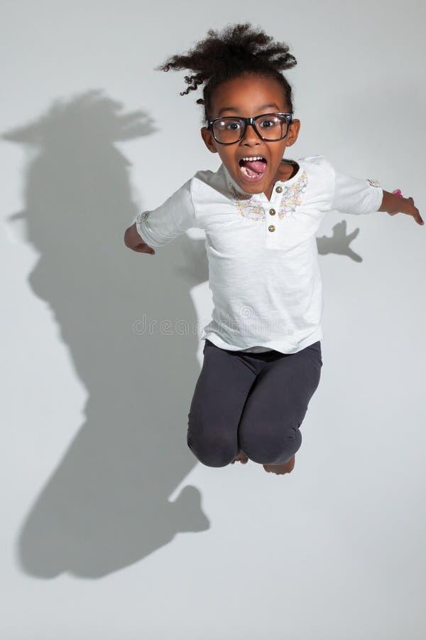 Retrato do salto novo da menina do americano africano imagem de stock