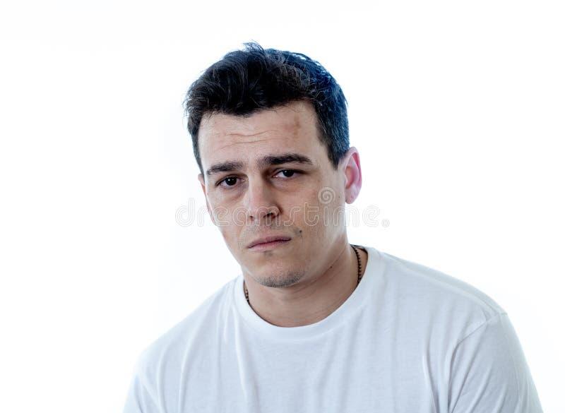 Retrato do sentimento considerável triste e desesperado do homem deprimido em expressões faciais e em depressão imagens de stock royalty free