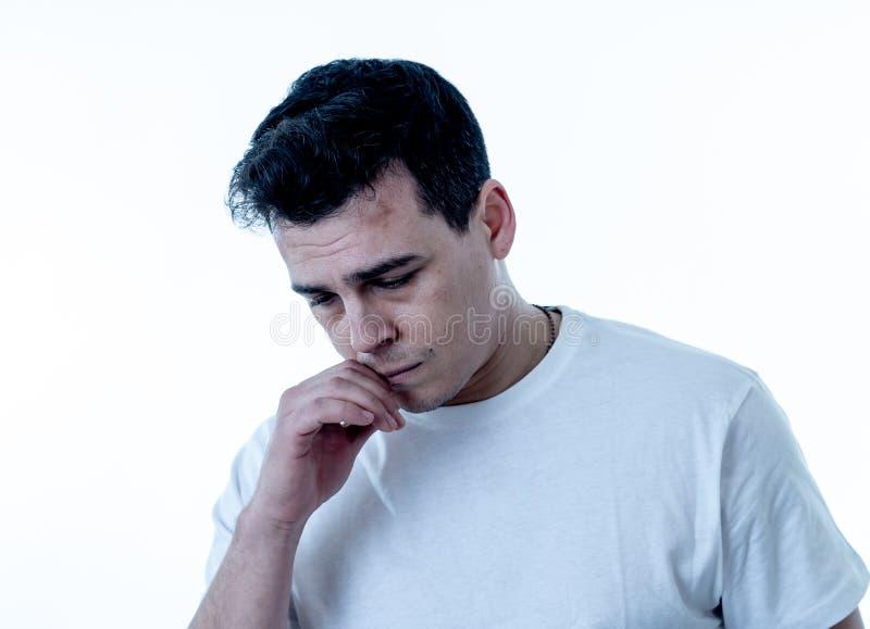 Retrato do sentimento considerável triste e desesperado do homem deprimido em expressões faciais e em depressão imagens de stock