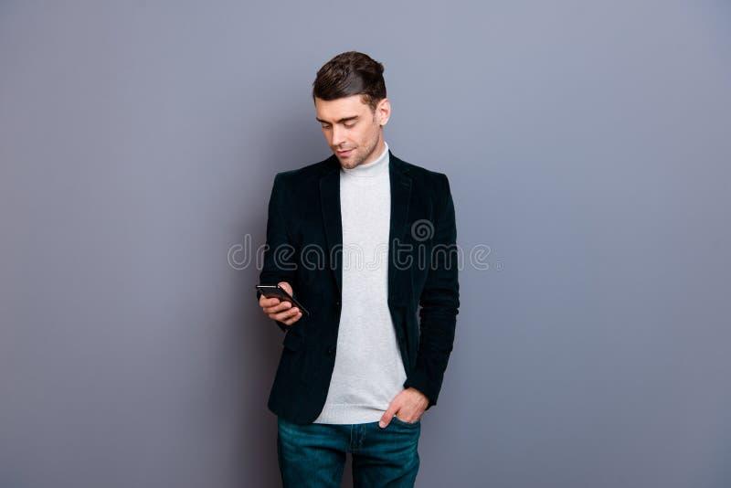 Retrato do seu ele blazer vestindo da belbutina do indivíduo alegre farpado atrativo bonito agradável usando a compra celular nov imagens de stock