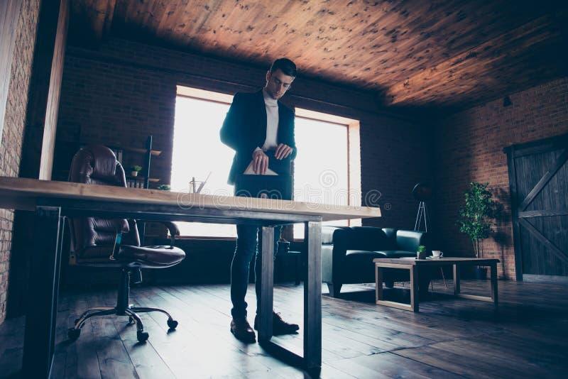 Retrato do seu ele dia difícil de terminação do término do corretor de imóveis perito considerável à moda chique elegante agradáv imagem de stock royalty free