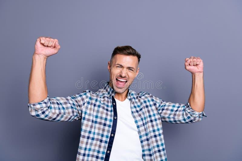 Retrato do seu ele grande indivíduo farpado bem sucedido contente animador alegre atrativo agradável que veste o júbilo verificad fotos de stock royalty free