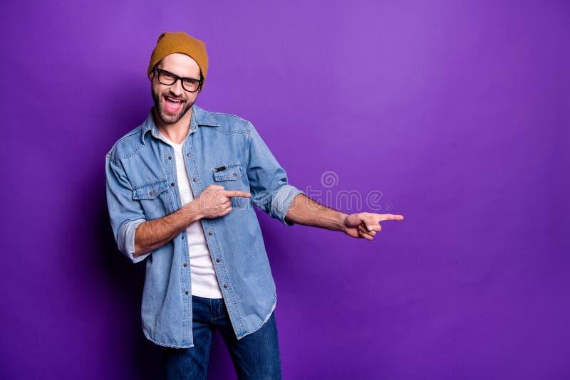 Retrato do seu ele indivíduo farpado contente animador alegre seguro atrativo agradável que aponta o melhor anúncio de dois dedos fotos de stock royalty free