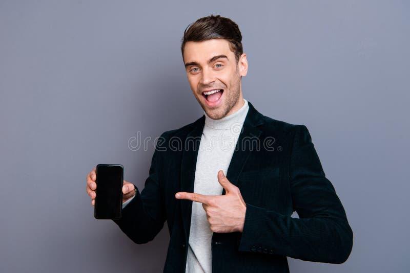 Retrato do seu ele mostrar vestindo do blazer da belbutina do indivíduo animador alegre farpado considerável atrativo elegante ag imagem de stock