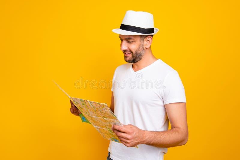 Retrato do seu ele queolha o t-shirt branco vestindo do indivíduo animador alegre atrativo que pesquisa o endereço do mapa da lei imagens de stock