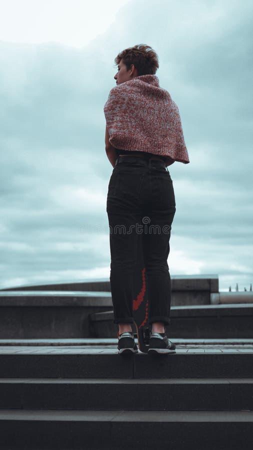Retrato do skater f?mea novo que guarda seu skate fotos de stock