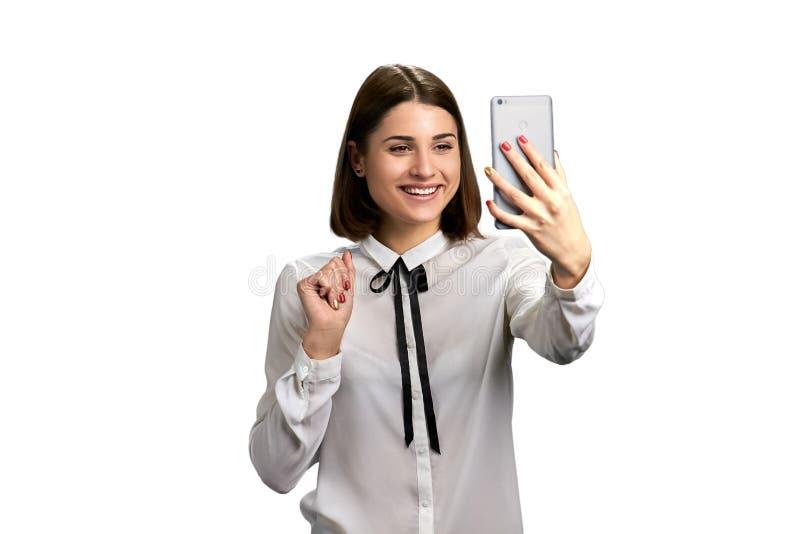 Retrato do smartphone feliz da terra arrendada da mulher foto de stock royalty free