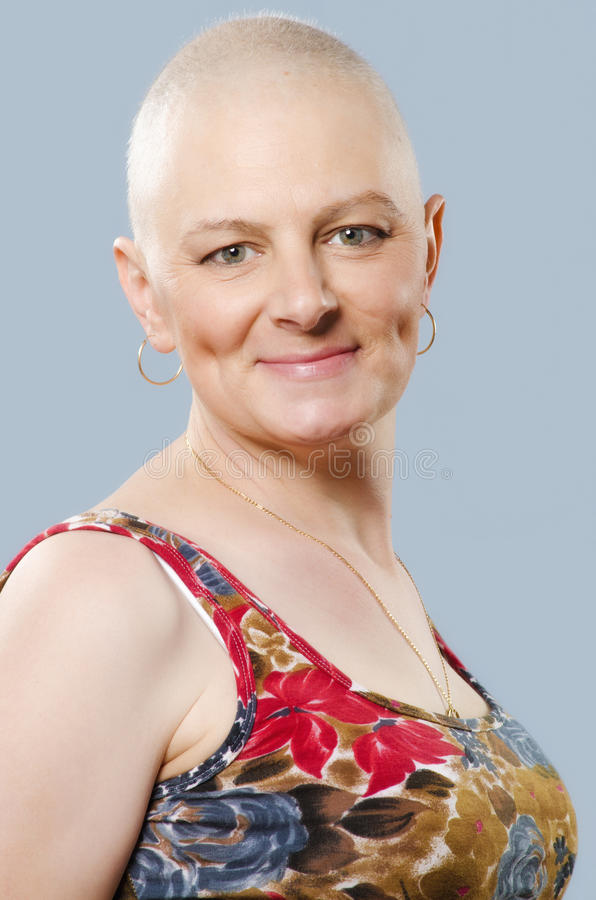 Retrato do sobrevivente do câncer do útero da mulher após o chemo bem sucedido imagens de stock