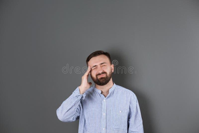 Retrato do sofrimento farpado considerável do homem fotografia de stock royalty free