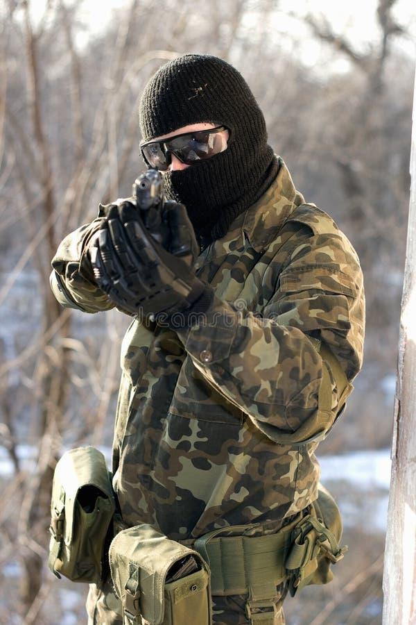 Retrato do soldado com um revólver fotografia de stock