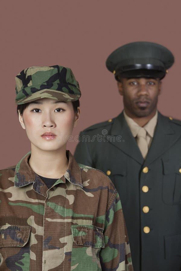 Retrato do soldado novo dos E.U. Marine Corps da fêmea com o oficial masculino no fundo fotos de stock