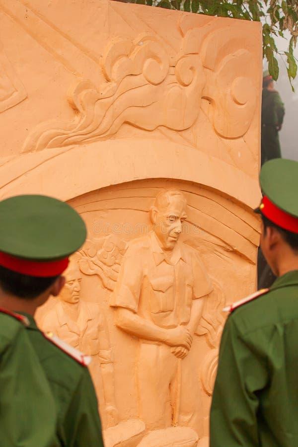 Retrato do soldado vietnamiano novo no uniforme verde que olha a estátua do De geral francês Castries no depósito Dien Bien imagem de stock royalty free