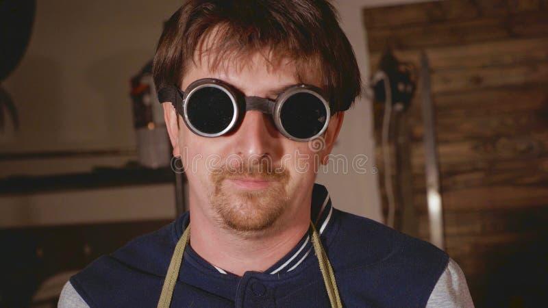 Retrato do soldador industrial nos vidros protetores que olham a câmera foto de stock