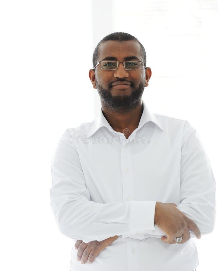 Retrato do sorriso africano do homem de negócio fotografia de stock royalty free