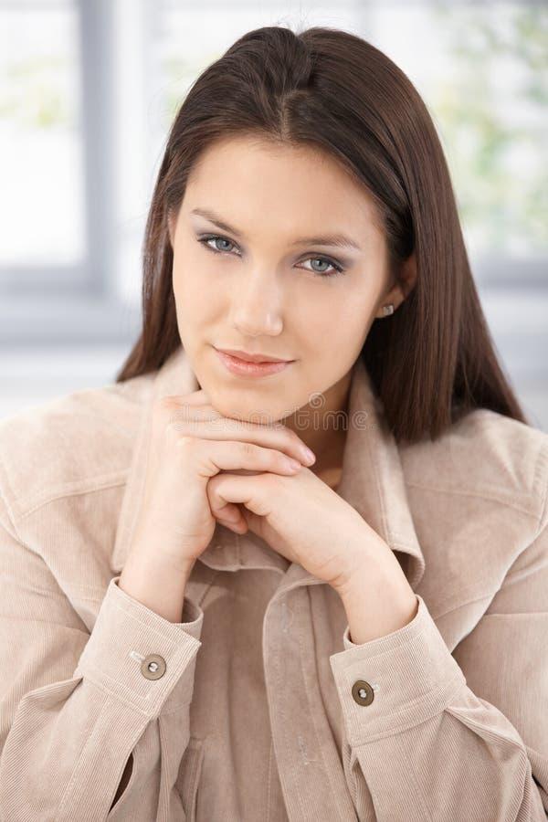 Retrato do sorriso atrativo da mulher imagens de stock royalty free