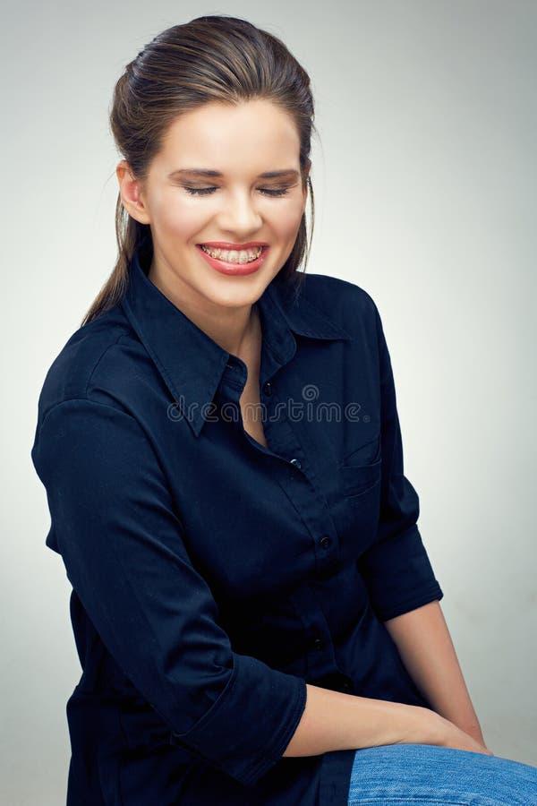 Retrato do sorriso com as cintas nos dentes foto de stock
