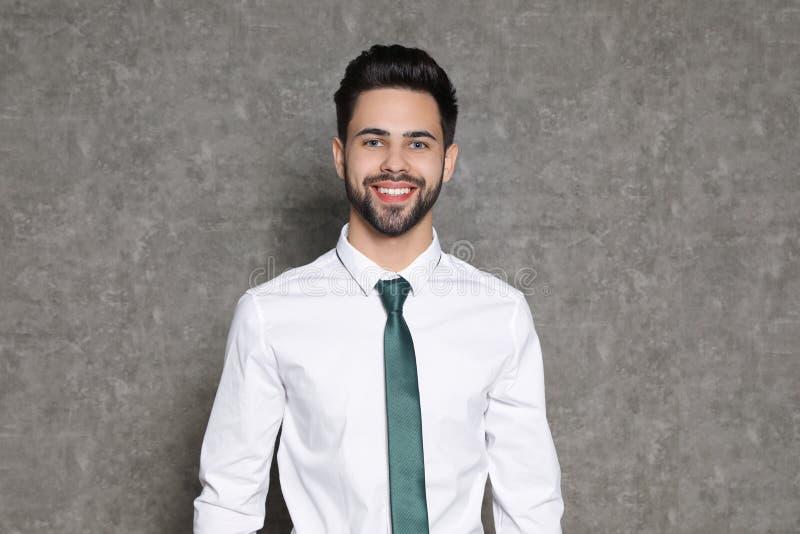Retrato do sorriso confi?vel do homem de neg?cios fotos de stock royalty free