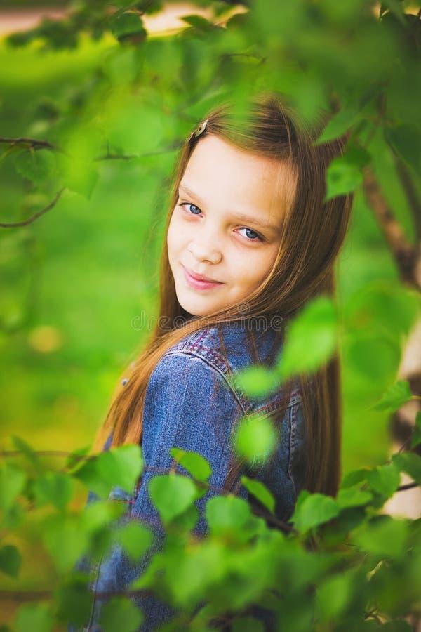 Retrato do sorriso consideravelmente adolescente da menina fotografia de stock