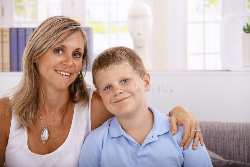 Retrato do sorriso da matriz e do filho imagem de stock royalty free