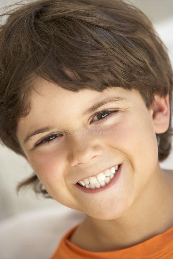 Retrato do sorriso do menino foto de stock