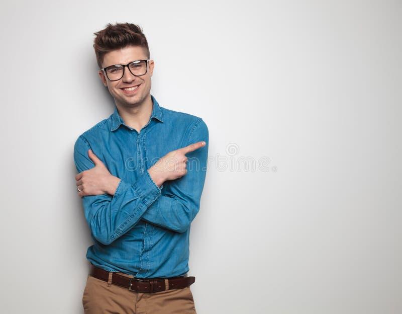 Retrato do sorriso dos óculos de sol do estudante seguro e da probabilidade de intercepção vestindo fotos de stock