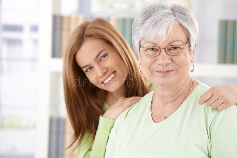Retrato do sorriso idoso da mãe e da filha imagem de stock royalty free