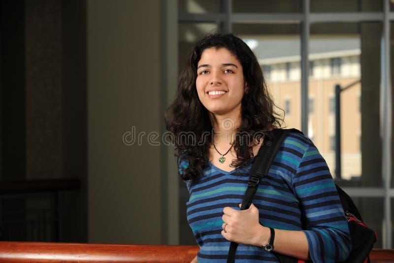 Retrato do sorriso indiano do estudante foto de stock