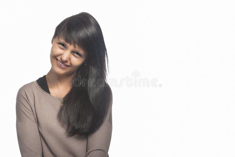 Retrato do sorriso moreno caucasiano da mulher fotografia de stock