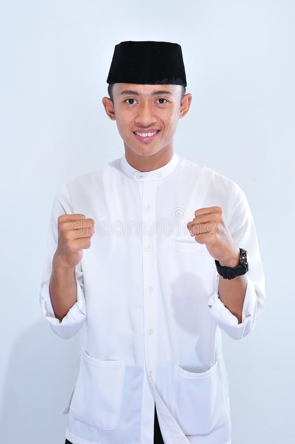 Retrato do sorriso muçulmano asiático considerável novo do homem para apreciar o eid Mubarak imagem de stock