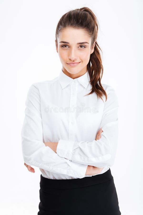Retrato do sorriso mulher de negócios consideravelmente nova que está com os braços cruzados fotografia de stock royalty free
