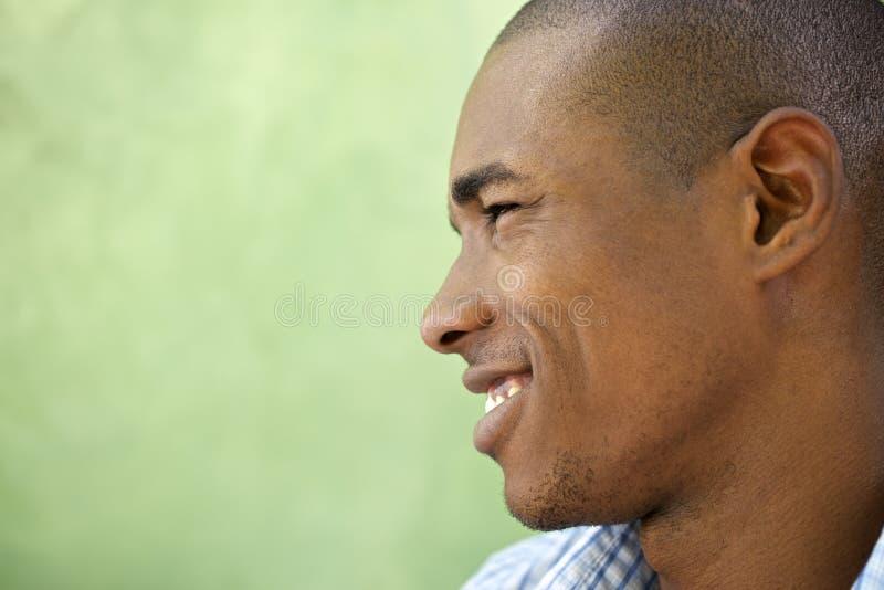 Retrato do sorriso novo feliz do homem negro foto de stock royalty free