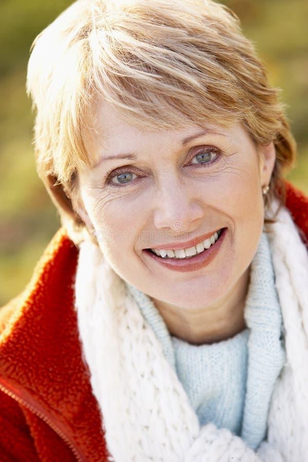 Retrato do sorriso sênior da mulher imagens de stock