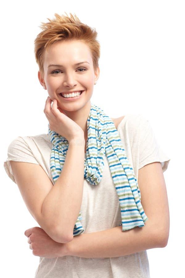 Retrato do sorriso seguro da mulher do cabelo curto fotografia de stock