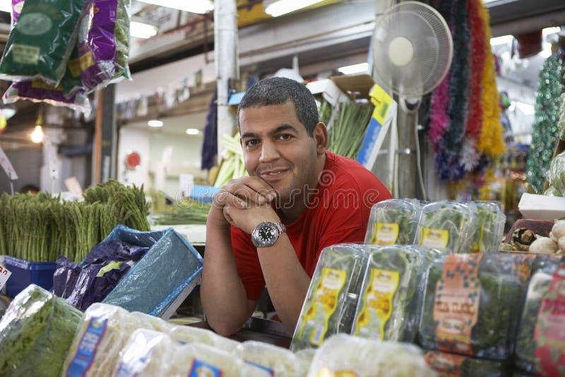 Retrato do sorriso seguro do proprietário de mercearia foto de stock