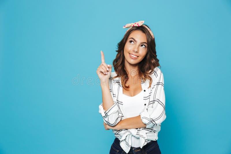 Retrato do sorriso vestindo entusiasmado bonito da faixa da mulher 20s imagens de stock