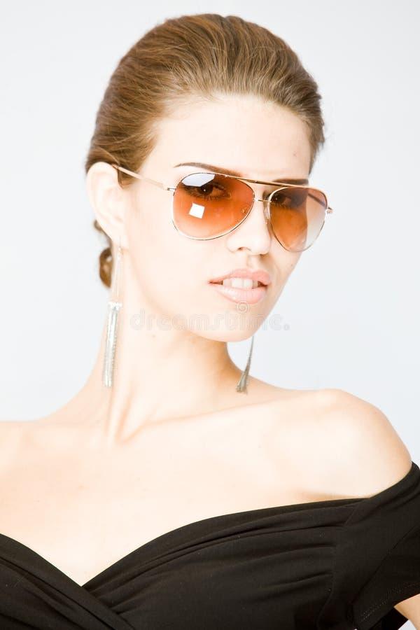 Retrato do sungla desgastando da mulher nova imagens de stock royalty free