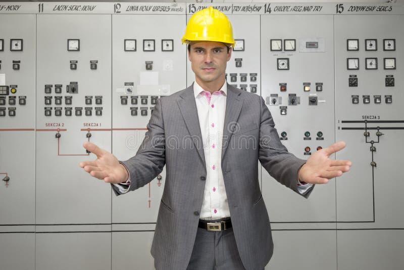Retrato do supervisor masculino novo sério que gesticula na sala de comando fotografia de stock