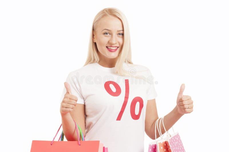 Retrato do t-shirt vestindo do símbolo do perecentage da jovem mulher que guarda o saco de compras fotos de stock