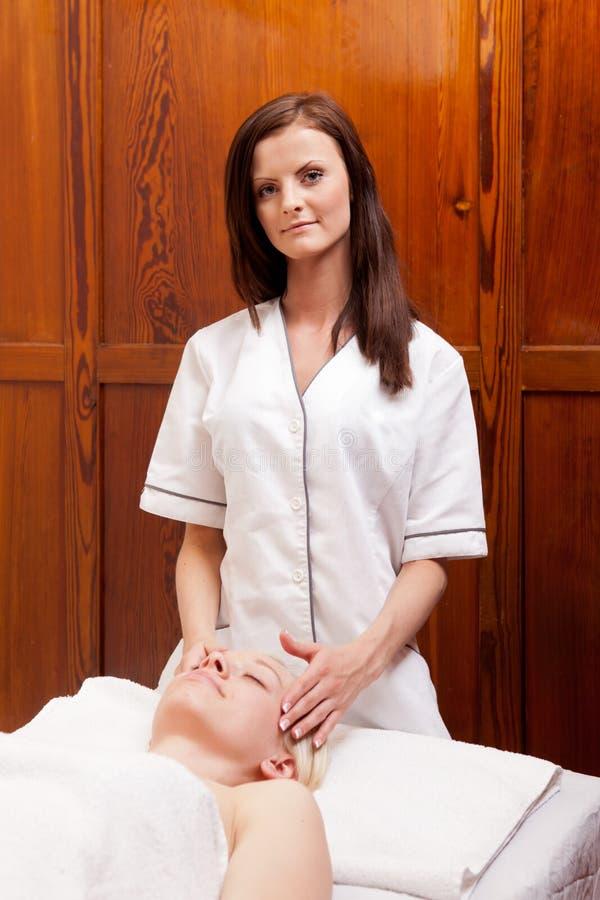 Retrato do terapeuta da massagem foto de stock royalty free
