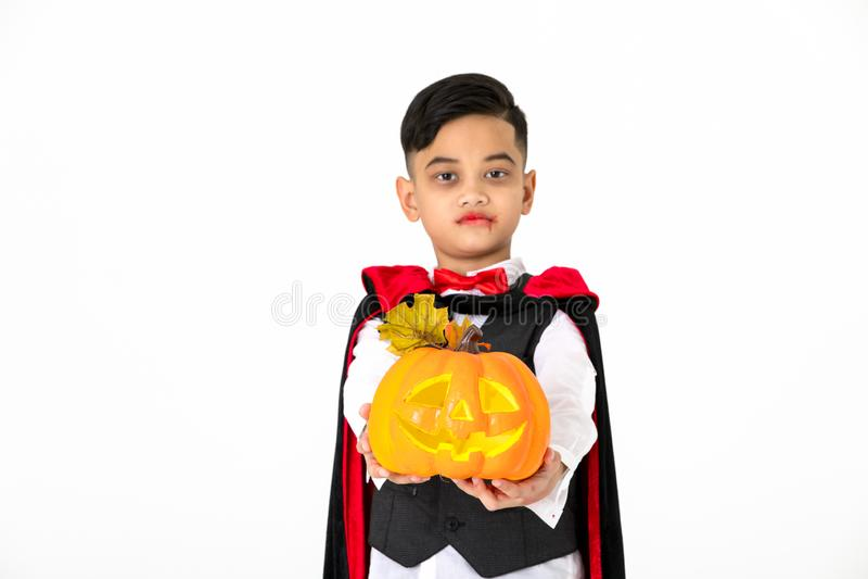 Retrato do tiro do estúdio do menino da criança no traje vestido como para bendizer imagens de stock