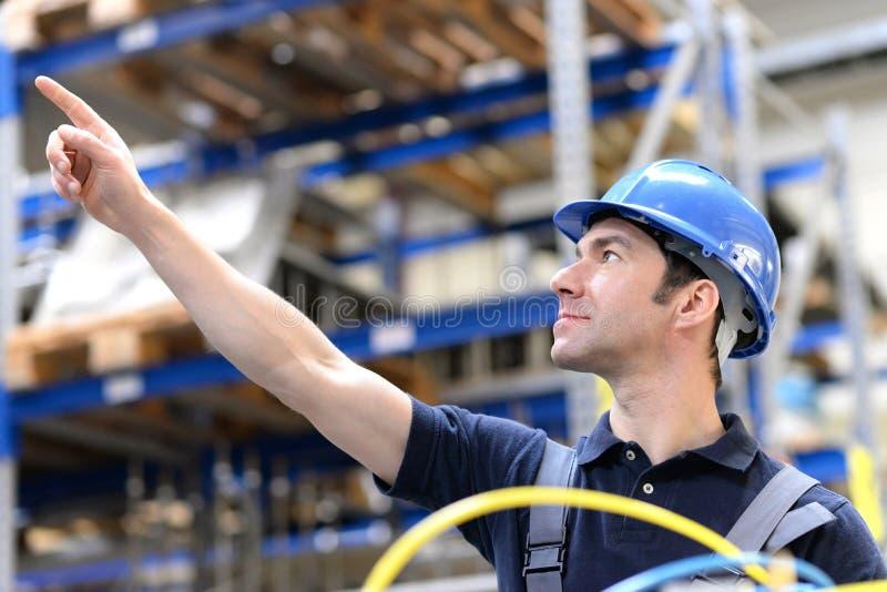 Retrato do trabalhador bem sucedido em uma empresa industrial, no trabalho foto de stock
