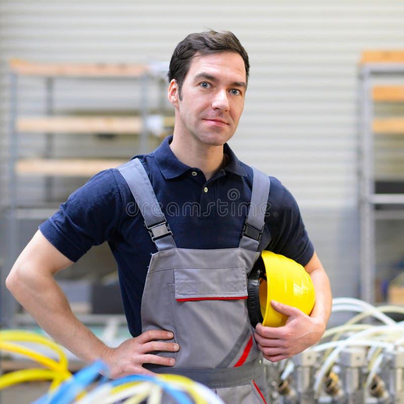 Retrato do trabalhador bem sucedido em uma empresa industrial, no trabalho imagens de stock