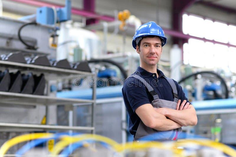 Retrato do trabalhador bem sucedido em uma empresa industrial, no trabalho fotografia de stock