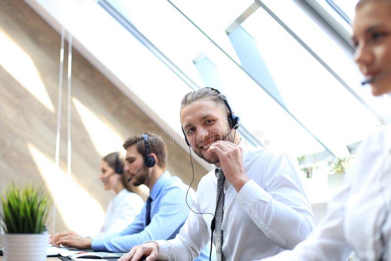 Retrato do trabalhador do centro de atendimento acompanhado de sua equipe Operador de sorriso do apoio ao cliente no trabalho fotos de stock royalty free