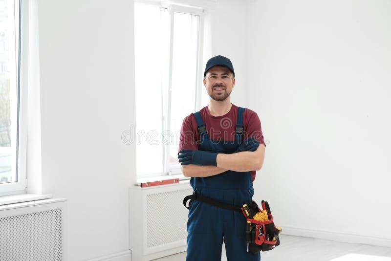 Retrato do trabalhador da construção profissional com correia da ferramenta fotografia de stock